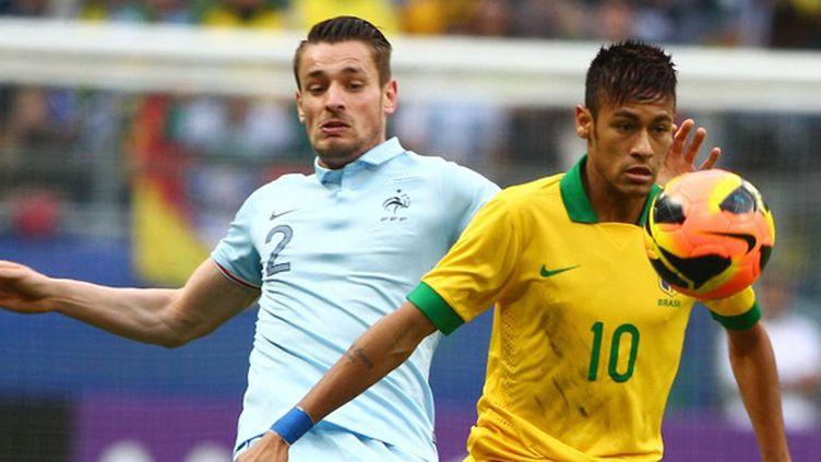 Le Brésilien Neymar surveillé par Debuchy