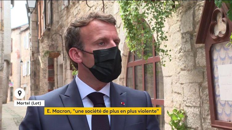 Emmanuel Macron s'exprime devant des journalistes lors de sa visite à Martel (Lot), le 3 juin 2021. (FRANCEINFO)