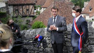 Emmanuel Macron et le maire deSaint-Cirq-LapopieGérard Miquel, le 2 juin 2021. (LIONEL BONAVENTURE / POOL / AFP)