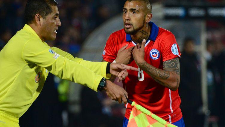 Le joueur chilien conteste une décision arbitrale, le 15 juin 2015, lors d'un match de la Copa America, à Santiago (Chili). (MARTIN BERNETTI / AFP)