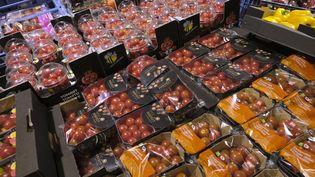 Des tomates emballées dans du plastique dans un supermarché de Bruxelles (Belgique), en avril 2018. (NICOLAS MAETERLINCK / BELGA MAG)