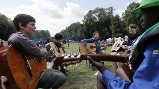 18 000 scouts sont réunis jusqu'au mardi 31 juillet au château de Jambville (Yvelines). (KENZO TRIBOUILLARD / AFP)