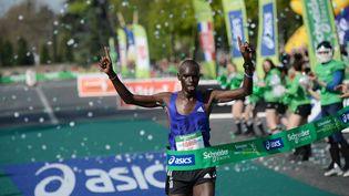 Le Kényan Mark Korir franchit la ligne d'arrivée du 39e marathon de Paris, dimanche 12 avril 2015. (STEPHANE DE SAKUTIN / AFP)