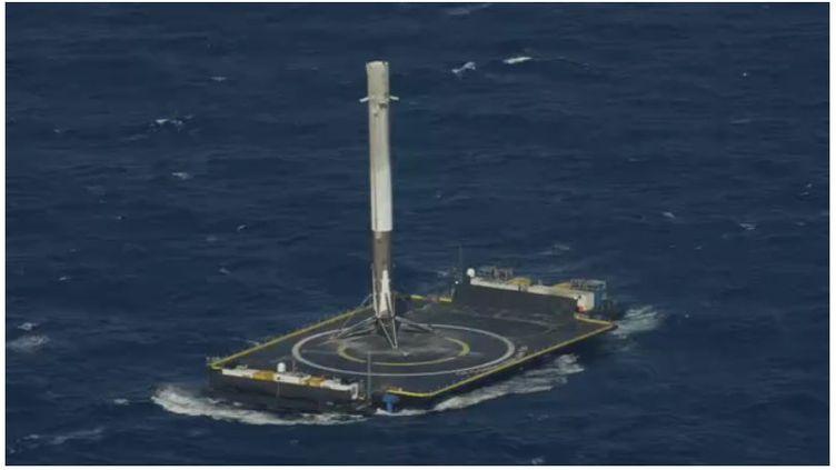 La société californienne SpaceX est parvenue à poser le premier étage de sa fusée Falcon 9 sur une barge dans l'Atlantique, vendredi 8 avril. (SPACEX)