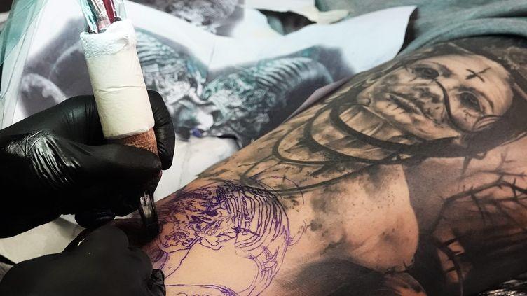 Selon une étude de l'Agence européenne des produits chimiques, de nombreux composants chimiques contenus dans les encres de tatouage sont cancérigènes. (MOUILLAUD RICHARD / MAXPPP)