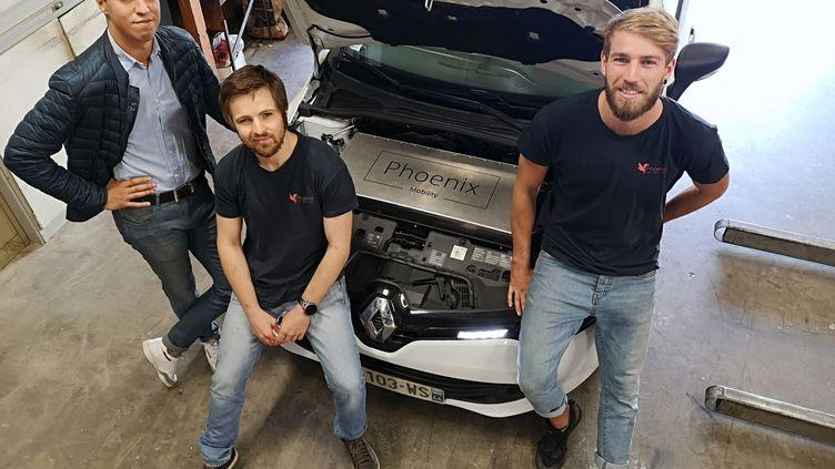 Phoenix Mobility transforme votre voiture thermique en véhicule électrique (de gauche à droite : Wadie Maaninou, Sylvain Deplace et Raphaël Heches), à Grenoble (Isère). (LIONEL CARIOU / FRANCE-BLEU ISÈRE)