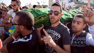 Le cercueil de Mouhcine Fikri, un marchand de poisson tué lors d'une altercation avec les autorités, porté par la foule lors de son enterrement, le30 octobre 2016 à Al-Hoceima, au Maroc. (REUTERS)