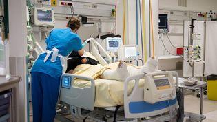 Unesoignante s'occupe d'un patient au service de réanimation de l'hôpital du Kremlin-Bicetre dans le, Val-de-Marne, le 27 mai 2021. (BERTRAND GUAY / AFP)
