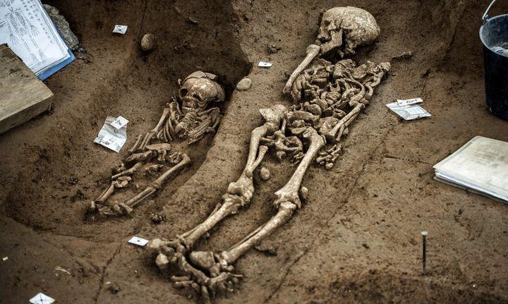 Les sépultures mises au jour datent de quinze siècles.  (JEFF PACHOUD / AFP)