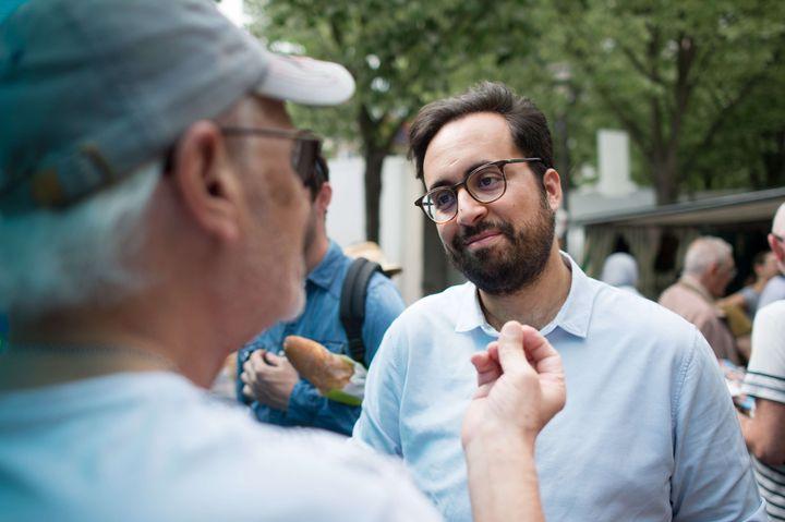 Mounir Mahjoubi, en campagne dans la 16e circonscription de Paris. (CHAMUSSY/SIPA)
