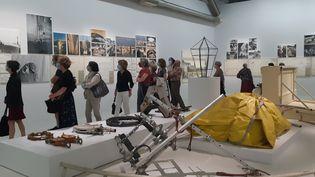 """Des adhérents du Centre Pompidou en visite dans l'expo """"Christo et Jeanne Claude, Paris !"""" fin juin 2020 (ANNE CHEPEAU / FRANCEINFO / RADIO FRANCE)"""