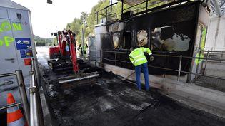 Les travaux au péage incendié de Bandol, le 18 décembre 2018. (GERARD JULIEN / AFP)