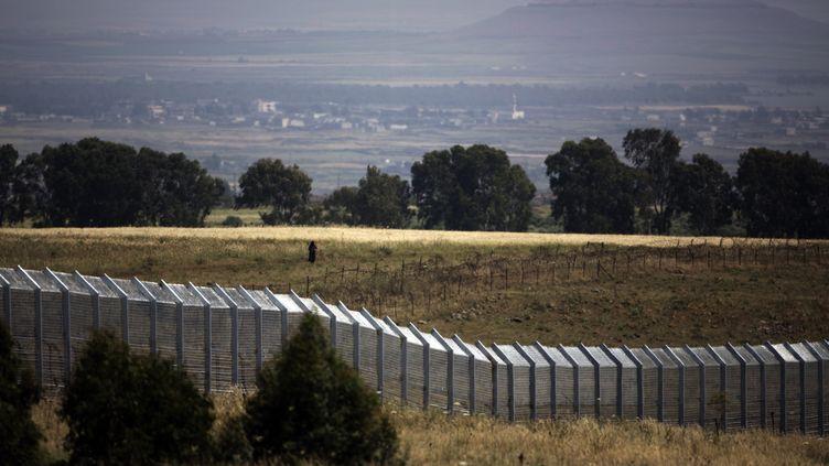 La frontière séparant Israël et la Syrie, sur le plateau du Golan, où quatre observateurs de l'ONU ont été enlevés par des rebelles syriens, le 7 mai 2013. (MENAHEM KAHANA / AFP)