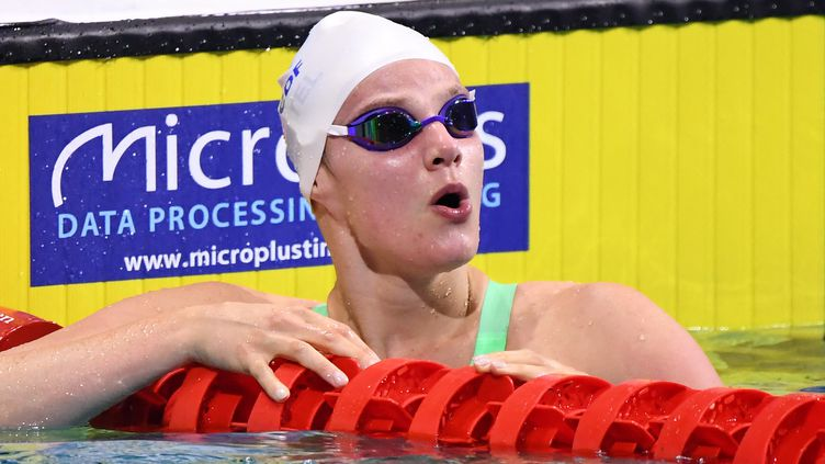 Marie Wattel après sa demi-finale du 100 m nage libre des Championnats d'Europe de Budapest, vendredi 21 mai. (ATTILA KISBENEDEK / AFP)