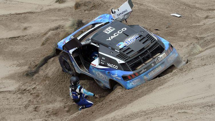 Romain Dumas coincé dans une dune (FRANCK FIFE / AFP)
