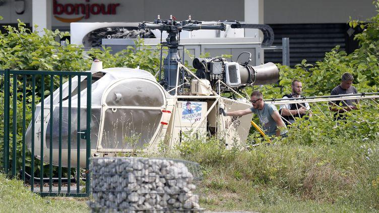 Des enquêteurs inspectant l'hélicoptère utilisé par Redoine Faïd et ses complices pour s'évader de la prison de Réau (Seine-et-Marne), le 1er juillet 2018. (MAXPPP)