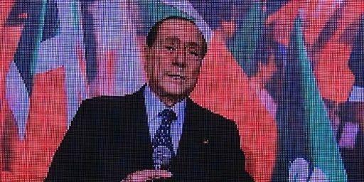 L'ancien président du Conseil Silvio Berlusconi, vu sur un écran, lors de l'inauguration du nouveau siège de son parti, le PDL, à Rome le 19-9-2013. Comme cette image, l'avenir du Cavaliere apparaît quelque peu brouillé... (AFP - Vincenzo Pinto)