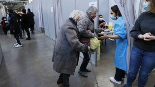 Des personnes âgées accueillies dans un centre de vaccination contre le Covid-19 le 6 mars 2021 à Paris (THOMAS SAMSON / AFP)