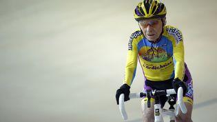Robert Marchand, 102 ans, en pistepour battre son propre record, dans la catégorie de plus de 100 ans, au Vélodrome national de Saint-Quentin-en-Yvelines,le 31 janvier 2014. (LIONEL BONAVENTURE / AFP)