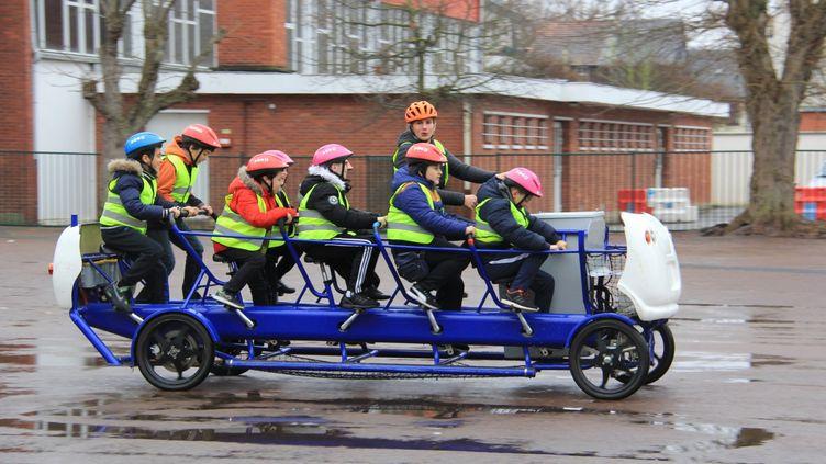 Le scoolbus, un adulte et 10 enfants, un bus à pédale à assistance électrique  (COMMUNAUTE D'AGGLOMERATION SEINE-EURE)