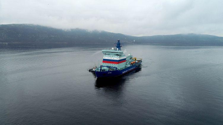 Le navire brise-glaceArktika au large du port de Murmansk, après avoir dégagé de la glace dans l'Arctique, en octobre 2020. (PAVEL LVOV / SPUTNIK / AFP)