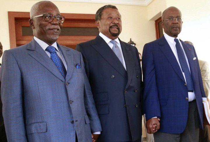 Jean Ping au milieu de ses compagnons de l'opposition qui se sont retirés en sa faveur le 16 août 2016 à Libreville. A sa gauche, Guy Nzouba Ndama, ancien président de l'Assemblée nationale, à sa droite, Casimir Oyé Mba, ancien Premier ministre d'Omar Bongo (Photo AFP/Samir Tounsi)