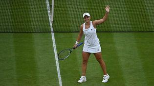 Ashleigh Barty s'est qualifiée en demi-finale de Wimbledon en battant sa compatriote australienneAjla Tomljanovic, le 6 juillet 2021. (BEN STANSALL / AFP)