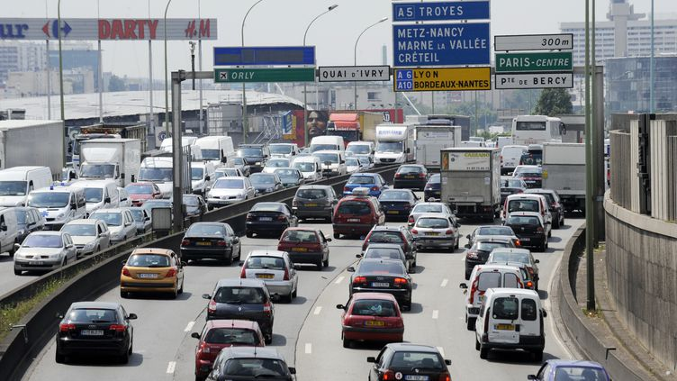 Sur le périphérique parisien, des voitures roulent très serrées au détriment du respect des distances de sécurité. (BORIS HORVAT / AFP)