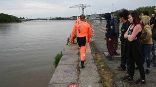 Les pompiers plongeurs mènent des opérations de recherche dans la Loire, à Nantes (Loire-Atlantique), le 24 juin 2019. (MAXPPP)