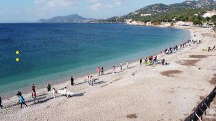 Une chaîne humaine à Hyères (Var) pour demander l'autorisation de la pratique des sports nautiques (France 3 Méditerranée)