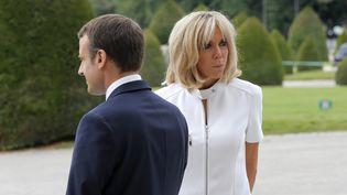 Emmanuel Macron et son épouse Brigitte Macron, le 13 juillet 2017, à Paris. (MICHEL EULER / POOL)