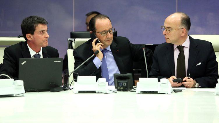François Hollande, Manuel Valls et Bernard Cazeneuve, le 13 novembre 2015. (CHRISTELLE ALIX / PRESIDENCE DE LA REPUBLIQUE)