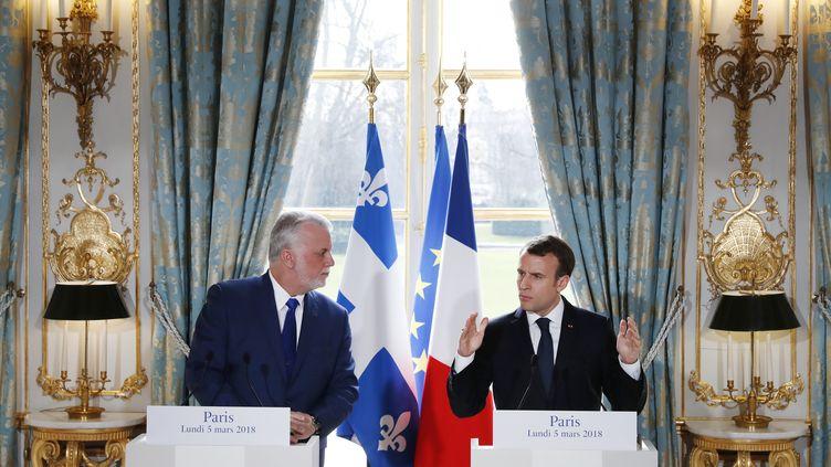 Le Premier ministre québécois Philippe Couillard et le président français Emmanuel Macron, le 5 mars 2018 lors d'une conférence de presse au palais de l'Elysée. (GONZALO FUENTES / AFP)