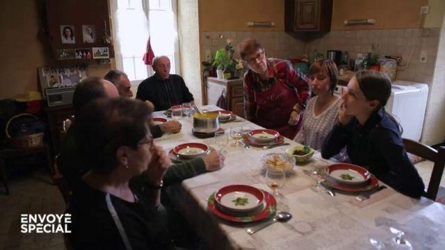 """Envoyé spécial. """"Ça nous permet d'oublier la précarité de nos retraites"""" : quand un couple d'anciens agriculteurs reçoit ses enfants à déjeuner"""