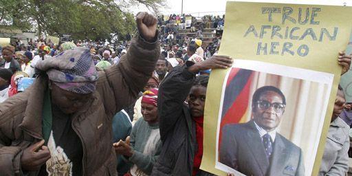 D'anciens combattants de la guerre d'indépendance chantent des slogans lors d'une manifestation de soutien au président zimbabwéen, Robert Mugabe, le 11-10-2007, Sur la pancarte, au-dessus de sa photo, on peut lire en anglais: «Vrai héros aficain». (Reuters - Emmanuel Chitate)