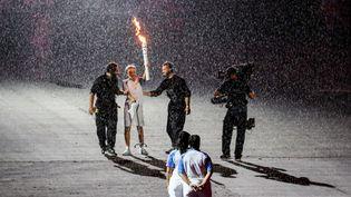 La torche olympique lors de la cérémonie d'ouverture des Jeux paralympiques, à Rio (Brésil), le 7 septembre 2016. (KAY NIETFELD / DPA)
