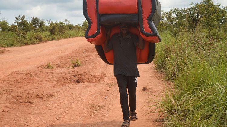 Ils sont près de 250.000 à avoir traversé la frontière angolo-congolaise, après l'avoir franchie une première fois dans l'autre sens. Les autorités angolaises ont décidé que quel que soit leur état de santé, attendus de l'autre côté ou pas, propriétaires de biens sur place ou pas, tout Congolais et autres résidents illégaux devaient être partis au 1er novembre 2018. Pour autant, selon Philippa Candler, porte-parole du HCR à Luanda, les autorités angolaises sont favorables au retour des réfugiés expulsés par erreur. «Ils nous ont assuré à tous les niveaux que ce n'était pas du tout leur intention d'impliquer des réfugiés dans cette opération, et ils veulent à tout prix essayer d'éviter cela», assure-t-elleà RFI.«Le droit international et la Charte africaine des droits de l'homme et des peuples interdisent l'expulsion collective des étrangers sans recourir à une évaluation individuelle et la garantie d'une procédure régulière», a tenu à rappeler la Haut-commissaire des Nations unies aux droits de l'Homme, Michelle Bachelet, notant qu'en expulsant un si grand nombre de personnes en si peu de temps, l'Angola a mis des dizaines de milliers de familles en danger.C'est ainsi que de multiples malades, porteurs entre autres de la tuberculose, rentrent dans leur pays d'origine, au risque de propager des épidémies en République Démocratique du Congo, en Guinée, ou ailleurs. Cet afflux massif de personnes pose des problèmes tant de sécurité que de santé. 80% des étrangers en Angola sont sans papiers, et les autorités n'hésitent pas à inciter les bailleurs à dénoncer leurs locataires sans papiers, quitte a s'approprier leurs biens, quand ils seront jetés en prison. Une crise humanitaire se profile dans la région du Kasaï submergée par ces familles déplacées et sans point de chute. (SOSTHENE KAMBIDI / AFP)