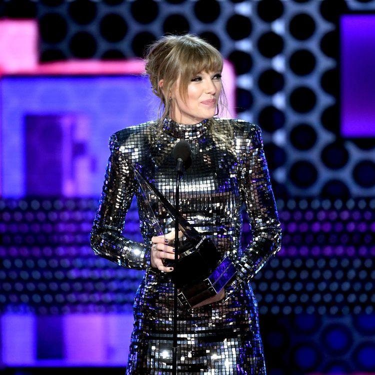 La chanteuse américaine Taylor Swift, lors de la cérémonie des American Music Awards, le 9 octobre 2018 à Los Angeles, en Californie (Etats-Unis). (KEVIN WINTER / GETTY IMAGES NORTH AMERICA / AFP)