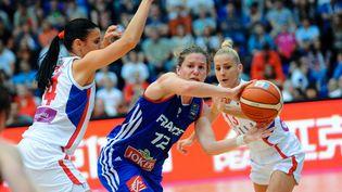La joueuse françaiseGaëlle Skrela et ses rivales serbesAna Dabovic (G)etMilica Dabovic lors de la finale de l'Euro de basket féminin à Budapest (Hongrie), le 28 juin 2015. (ATTILA KISBENEDEK / AFP)