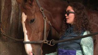 Il aura fallu moins de trois mois à Ninon Forget pour remonter sur un cheval, un sport qu'elle aurait dû arrêter quand, à la suite d'un coup de sabot dans le visage, elle devient aveugle. (CAPTURE ECRAN FRANCE 3)