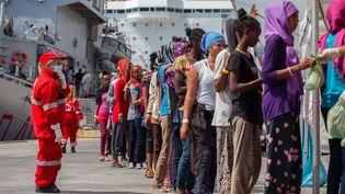 Des centaines de migrants en provenance de Libye sont secourus par les autorités italiennes, à Palerme, en Sicile, le 24 août 2015. (ANTONIO MELITA / CITIZENSIDE.COM / AFP)