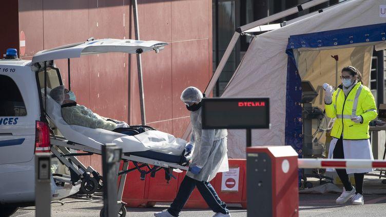 Les patients atteints du Covid-19 affluent dans les services d'urgences d'Île-de-France. (THOMAS SAMSON / AFP)
