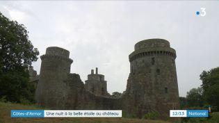 Un groupe de visiteurs du château fort dePlédéliac(Côtesd'Armor)a passé la nuit au milieu des pierres millénaires. (France 3)
