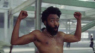 """Donald Glover, alias Childish Gambino, dans le clip phénomène de """"This Is America"""" (capture d'écran). (YOUTUBE)"""