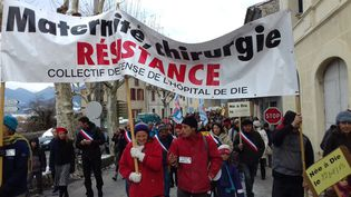 Manifestation contre la fermeture de la maternité et de la chirurgie à Die. (FLORENCE GOTSCHAUX / RADIO FRANCE)