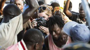 Nina Meurisse, l'actrice qui incarne Camille Lepage lors du tournage d'une scène de lynchage à Bangui, le 29 novembre 2018. (MICHAEL ZUMSTEIN/AGENCE VU)