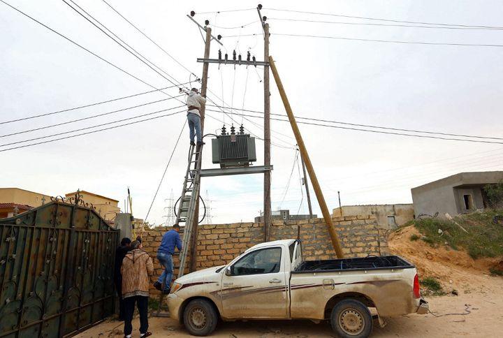Remettre le réseau à niveau est une gegeure pour Gecol, la compagnie nationale libyenne d'électricité. En fait, depuis 2011 et la chute du régime de Kadhafi, les investissements n'ont pas suivi la hausse de la consommation d'électricité. (MAHMUD TURKIA / AFP)