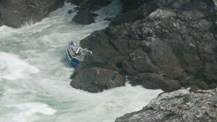 """L'épave du """"Bara Pemdez"""", échouée sur des rochers au sud de Belle-Ile (Morbihan), le 19 mai 2012. (FTVI / FRANCE 2)"""