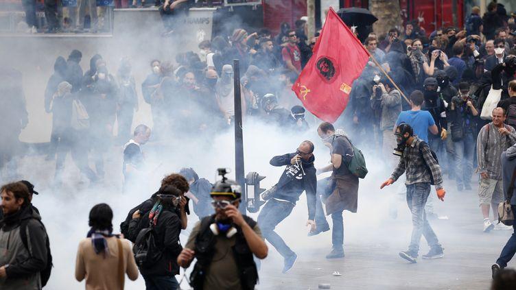 Affrontements et gaz lacrymogènes place de la République à Paris, le 15 septembre 2016. (CHARLES PLATIAU / REUTERS)