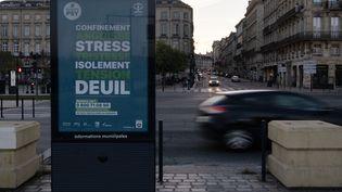 Un panneau propose un soutien psychologique aux habitants de Bordeaux en période de confinement, le 6 novembre 2020. (VALENTINO BELLONI / HANS LUCAS / AFP)